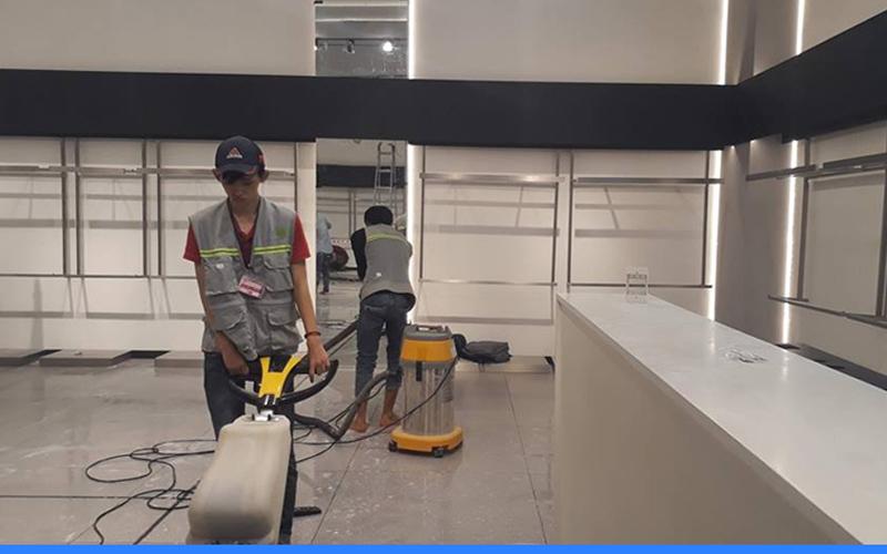 đội ngũ nhân viên dịch vụ vệ sinh công trình mới thi công